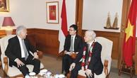 Bộ trưởng Bộ Thương mại Indonesia Enggartiasto Lukita đón Tổng Bí thư Nguyễn Phú Trọng tại Sân bay quốc tế Soekarno- Hatta. Ảnh: Trí Dũng - TTXVN