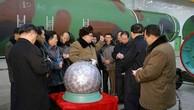 Nhà lãnh đạo Triều Tiên Kim Jong-un kiểm tra một thiết bị hạt nhân. Ảnh:KCNA.