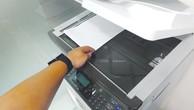 BQLDA huyện Tây Trà giải thích việc không bán HSMT là do khi hết HSMT thì phải lên tận TP. Quảng Ngãi để photocopy nên mất nhiều thời gian. Ảnh: Tường Lâm