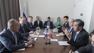 Ông Vương Nghị trao đổi với người đồng cấp Nga tại Liên Hợp Quốc, New York, hôm 19/9. Ảnh:MFA.