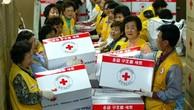 Nhân viên Chữ Thập Đỏ chuẩn bị hàng viện trợ cho Triều Tiên năm 2004. Ảnh:Guardian.
