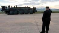 Nhà lãnh đạo Triều Tiên Kim Jong-un theo dõi vụ thử tên lửa bay qua Nhật. Ảnh minh họa:Reuters.