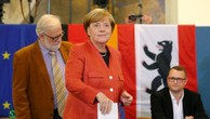 Bà Merkel đi bỏ phiếu tại Berlin. Ảnh:Reuters.
