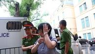 Bị cáo Châu Thị Thu Nga bị dẫn giải vào phòng nghe tuyên án. Ảnh: Trần Thanh