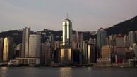 Tòa nhà The Centre (giữa) tọa lạc ngay khu trung tâm kinh doanh của Hong Kong.Ảnh: Bloomberg