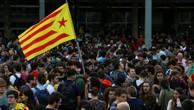 Sinh viên vẫy cờ estelada, biểu tượng phong trào đòi độc lập của Catalonia, trong cuộc biểu tình phản đối bắt giam hai thủ lĩnh ủng hộ ly khai. Ảnh:Reuters.