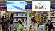 Khách hàng mua sắm tại một cửa hàng bán lẻ ở Seoul. (Nguồn: AFP/TTXVN)