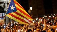 Người dân cầm nến và cờ Estelada ủng hộ Catalonia ly khai khỏi Tây Ban Nha, trong cuộc biểu tình tại Barcelona, phản đối việc bắt hai thủ lĩnh ủng hộ ly khai. Ảnh:AFP.