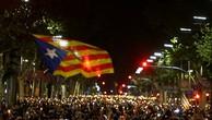 Người dân vẫy cờ Catalonia biểu tình phản đối Tây Ban Nha bắt hai thủ lĩnh ly khai tại Barcelona hôm 17/10. Ảnh:Reuters.