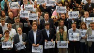 Ông Carles Puigdemont (thứ năm phải sang, hàng đầu) tham gia biểu tình ở Barcelona ngày 21/10 đòi Madrid phóng thích hai quan chức tại đây đang bị bắt vớicáo buộc xúi giục nổi loạn. Ảnh:AFP.