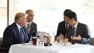 Người Nhật xếp hàng để mua bánh hamburger ông Abe mời Trump