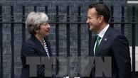 Thủ tướng Anh Theresa May (trái) và Thủ tướng Ireland Leo Varadkar trong cuộc gặp tại London thuộc Anh. (Ảnh: AFP/TTXVN)