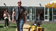 Jeff Bezos dắt chó robot đi dạo