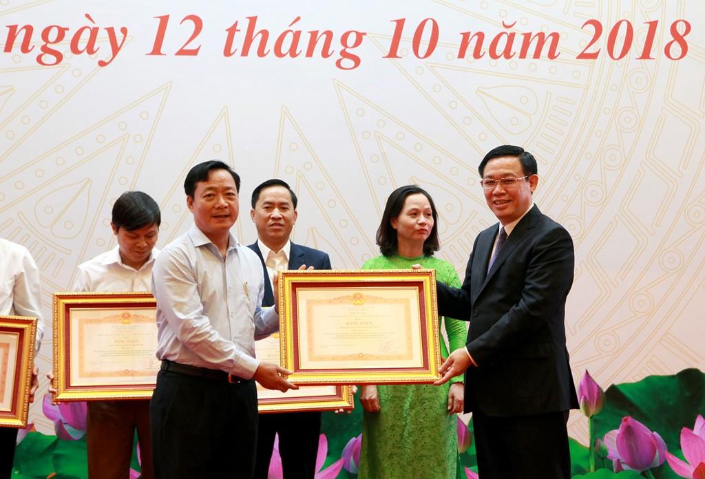 Phó Thủ tướng Chính phủ Vương Đình Huệ trao bằng khen biểu dương đại diện các huyện, xã, hộ gia đình vươn lên thoát nghèo