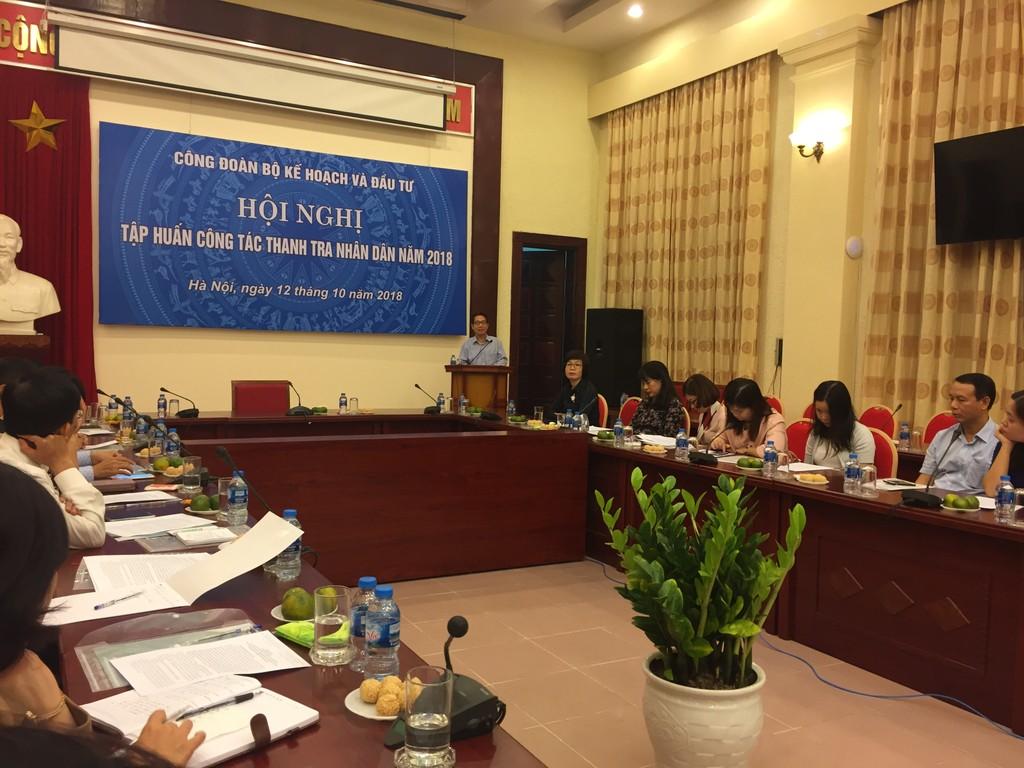 TS. Đinh Văn Minh trình bày tại Hội nghị tập huấn công tác thanh tra nhân dân. Ảnh Bích Thảo