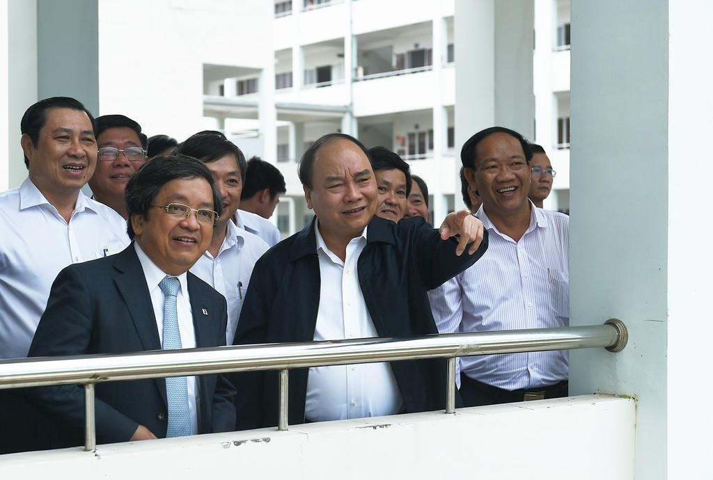 Thủ tướng Nguyễn Xuân Phúc tham quan Trường Cao đẳng Công nghệ thông tin tại Làng Đại học Đà Nẵng. Ảnh: VGP