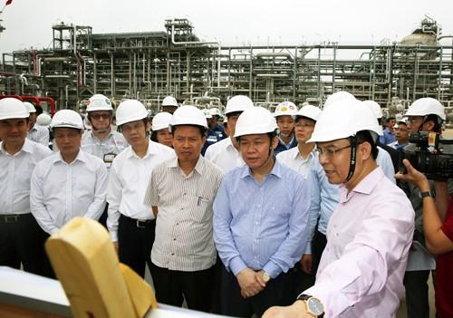 Phó Thủ tướng Vương Đình Huệ nghe nhà đầu tư báo cáo tiến độ xây dựng, vận hành dự án. Ảnh: VGP