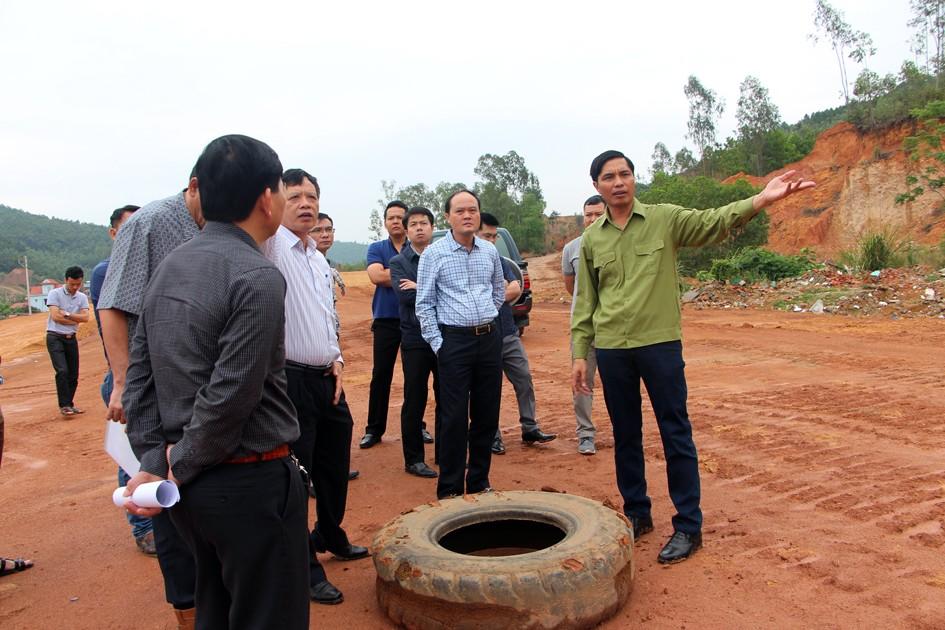 Ông Vũ Văn Diện kiểm tra hệ thống thoát nước khu 2, thị trấn Trới, huyện Hoành Bồ. Ảnh: Báo Quảng Ninh