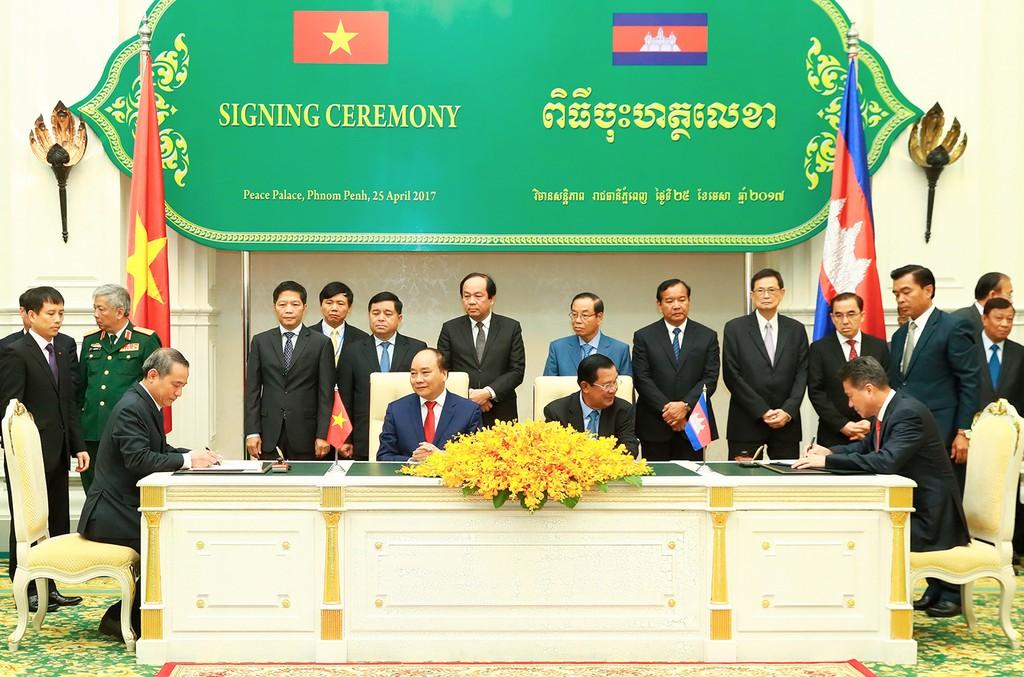 Thủ tướng Nguyễn Xuân Phúc hội đàm với Thủ tướng Campuchia - ảnh 3