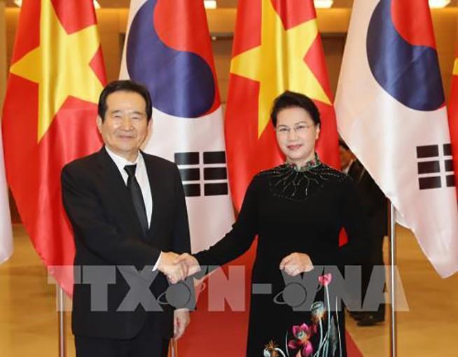 Chủ tịch Quốc hội Nguyễn Thị Kim Ngân đón Chủ tịch Quốc hội Hàn Quốc Chung Sye – kyun. Ảnh: TTXVN