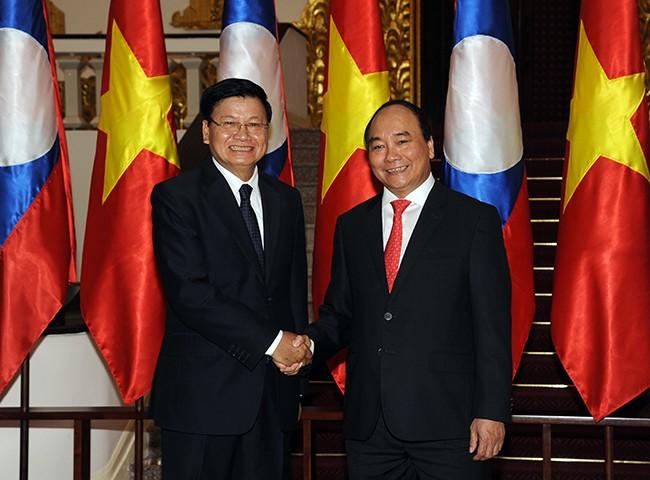 Thủ tướng Nguyễn Xuân Phúc chào đón Thủ tướng CHDCND Lào Thongloun Sisoulith trong chuyến thăm hữu nghị chính thức Việt Nam từ ngày 15-17/5/2016.Ảnh: VGP