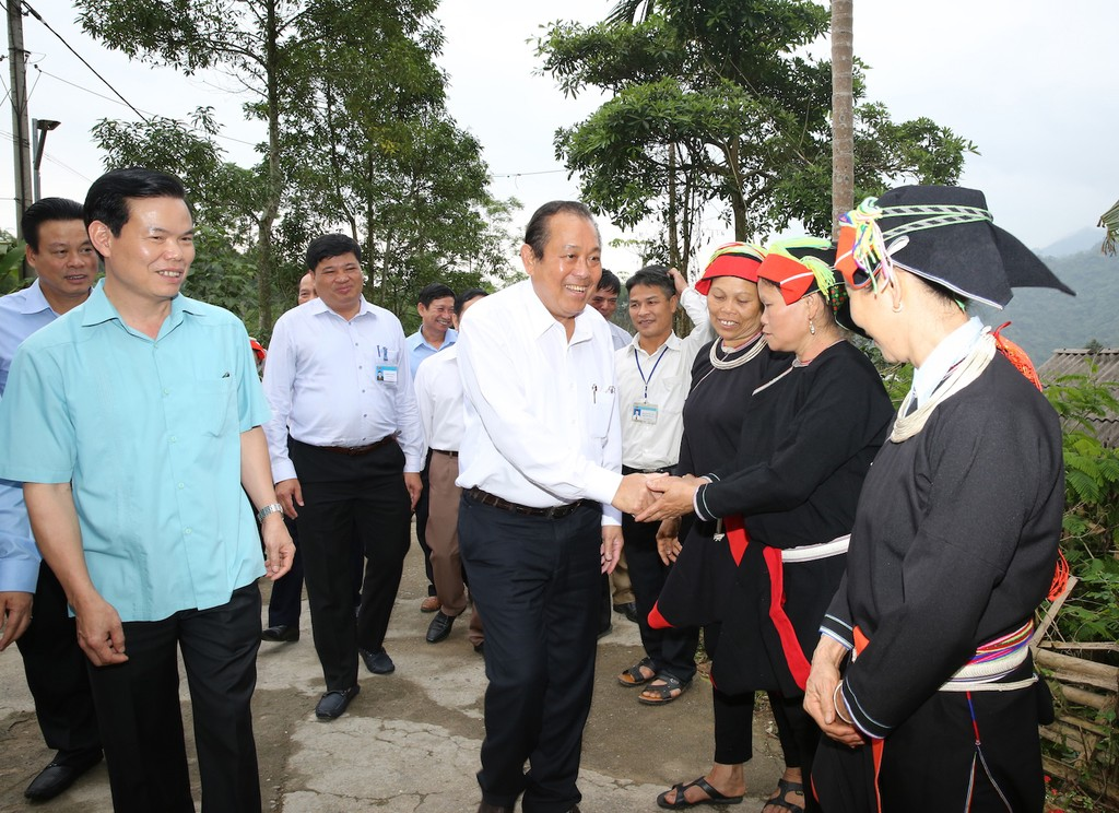 Phó Thủ tướng Trương Hòa Bình hỏi thăm bà con thôn Bản Bang, xã Đạo Đức, huyện Vị Xuyên, Hà Giang. Ảnh: VGP