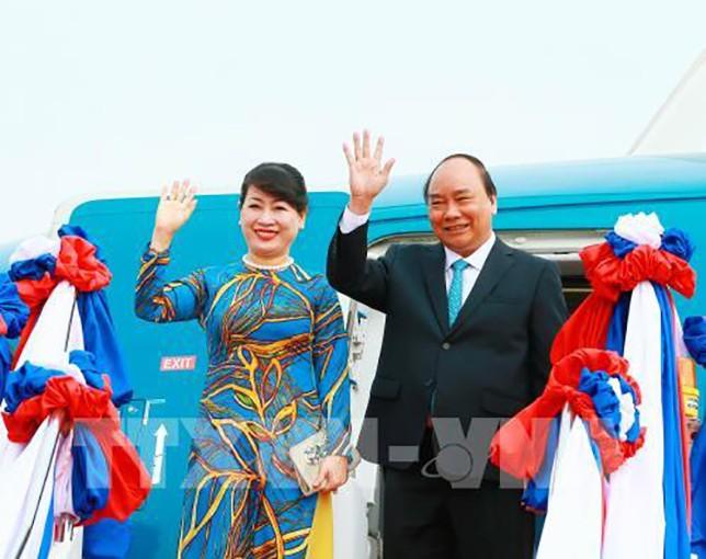 Thủ tướng Chính phủ Nguyễn Xuân Phúc và Phu nhân đã tới sân bay quốc tế Wattay. Ảnh: TTXVN