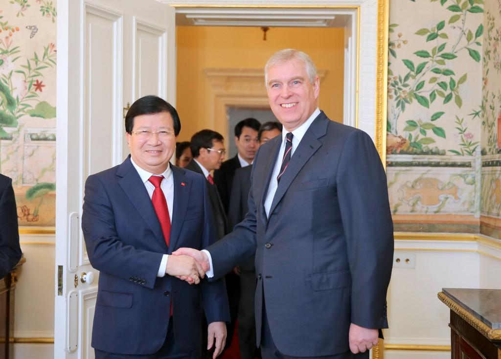 Tại Cung điện Buckingham, Hoàng tử Andrew dành cho Phó Thủ tướng Trịnh Đình Dũng và đoàn sự đón tiếp trọng thị, thân tình. Ảnh: VGP