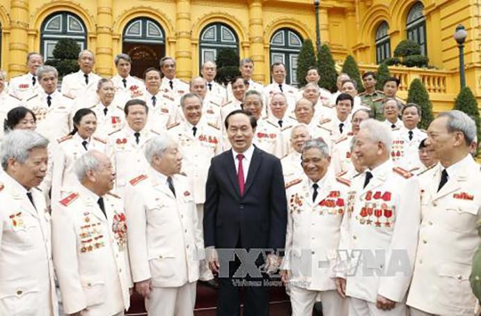 Chủ tịch nước Trần Đại Quang và các đại biểu Ban liên lạc cán bộ công an chi viện chiến trường miền Nam thời kỳ kháng chiến chống Mỹ cứu nước. Ảnh: TTXVN