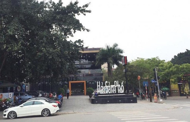 Nhà hàng ngang nhiên mọc lên trên khu đất dự án xây dựng bãi đỗ xe tĩnh để giảm áp lực giao thông cho TP Hà Nội. Ảnh Dân trí