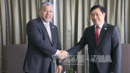 Phó Thủ tướng, Bộ trưởng Bộ Ngoại giao Phạm Bình Minh và Quyền Bộ trưởng Bộ Ngoại giao Philippnes Enrique Manalo.