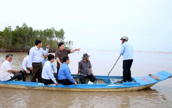 Phó Thủ tướng Trịnh Đình Dũng kiểm tra tình trạng sạt lở, xâm thực bờ biển tại xã Khánh Tiến, huyện U Minh, tỉnh Cà Mau. Ảnh: VGP