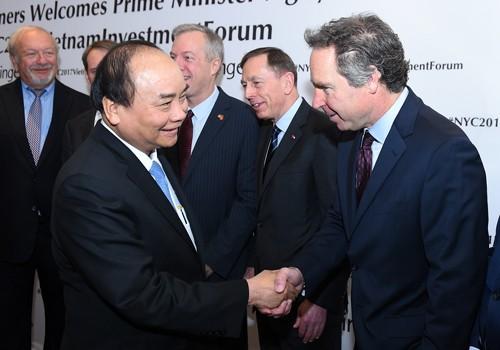 Thủ tướng chào hỏi đại diện các doanh nghiệp Hoa Kỳ tới dự tọa đàm. Ảnh: VGP