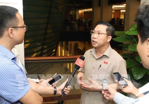 Đại biểu Quốc hội tỉnh Bến Tre Lưu Bình Nhưỡng trả lời phỏng vấn báo chí. Ảnh: TTXVN
