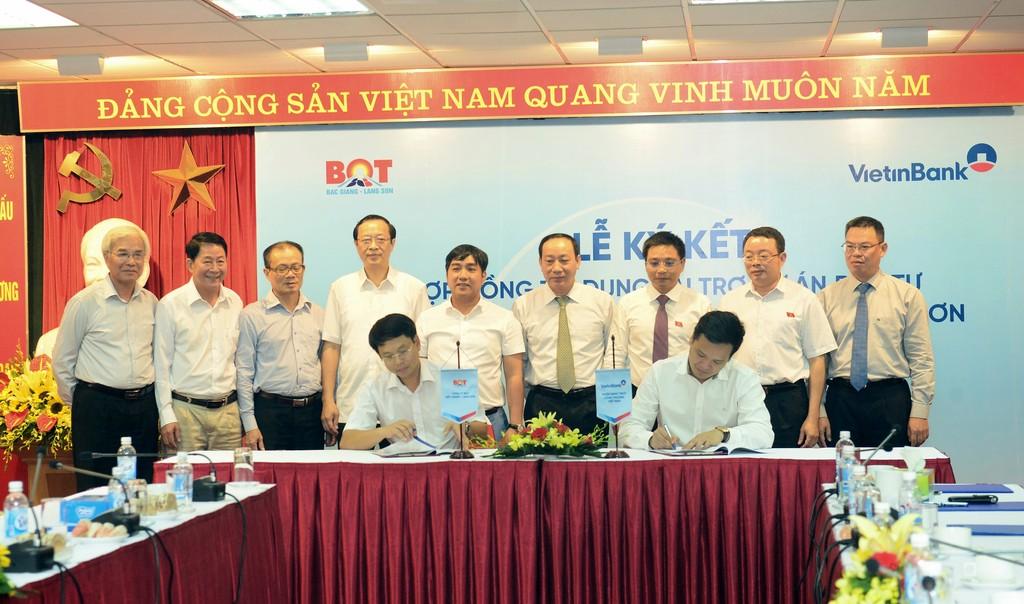 Đại diện VietinBank TP. Hà Nội ký kết Hợp đồng tín dụng với Công ty Cổ phần BOT Bắc Giang Lạng Sơn.