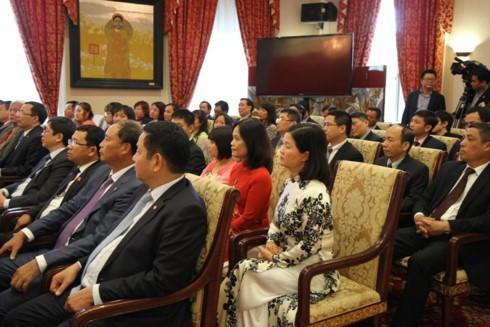 Thủ tướng thăm Đại sứ quán Việt Nam tại Hoa Kỳ - ảnh 1