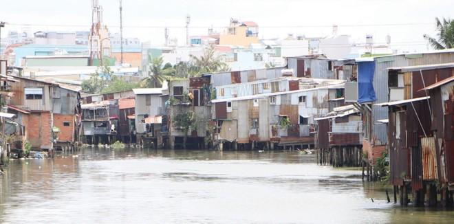 Sau 23 năm quy hoạch di dời, TP.HCM vẫn còn hàng ngàn ngôi nhà trên các kênh, rạch.