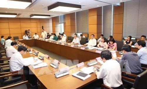 Ðoàn đại biểu Quốc hội các tỉnh Hải Dương, Lâm Đồng, Thừa Thiên-Huế và Điện Biên thảo luận ở tổ. Ảnh: TTXVN