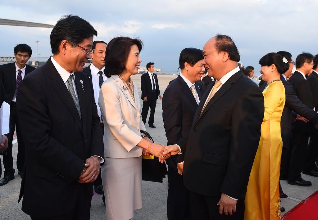 Đại diện Chính phủ Nhật Bản tiễn Thủ tướng Nguyễn Xuân Phúc, Phu nhân và Đoàn đại biểu cấp cao Việt Nam kết thúc chuyến thăm chính thức Nhật Bản, lên đường về nước. Ảnh: VGP