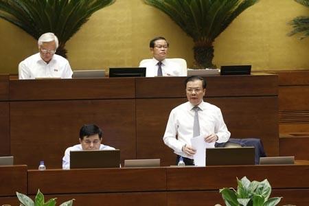 Bộ trưởng Đinh Tiến Dũng phát biểu trước Quốc hội. Ảnh: VGP