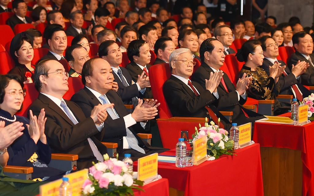 Lãnh đạo Đảng, Nhà nước và các đại biểu dự lễ tuyên dương điển hình tiên tiến. Ảnh: VGP