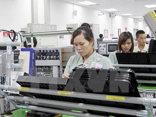 Dây chuyền sản xuất linh kiện điện thoại di động tại Samsung Thái Nguyên. Ảnh: TTXVN