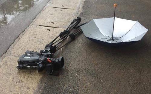 Xe ô tô đâm hỏng máy quay phim của phóng viên Đài Truyền hình Việt Nam. Ảnh: Soha