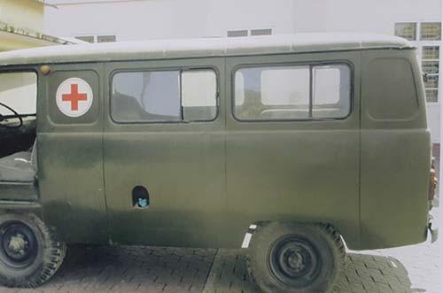 Xe cứu thương của trung tâm y tế huyện Thanh Chương (Nghệ An) nằm trong danh sách sẽ thanh lý. Ảnh: chụp lại.