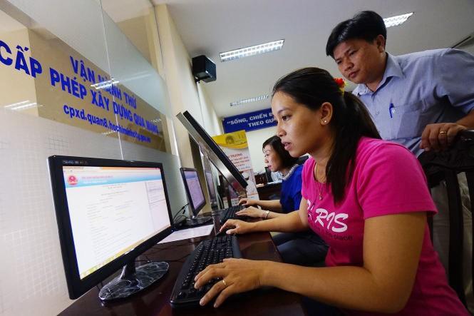 Người dân Q.8, TP.HCM đăng ký cấp phép xây dựng qua mạng tại trụ sở UBND Q.8 trên trang web cpxd.quan8.hochiminhcity.gov.vn - Ảnh: Tuổi trẻ