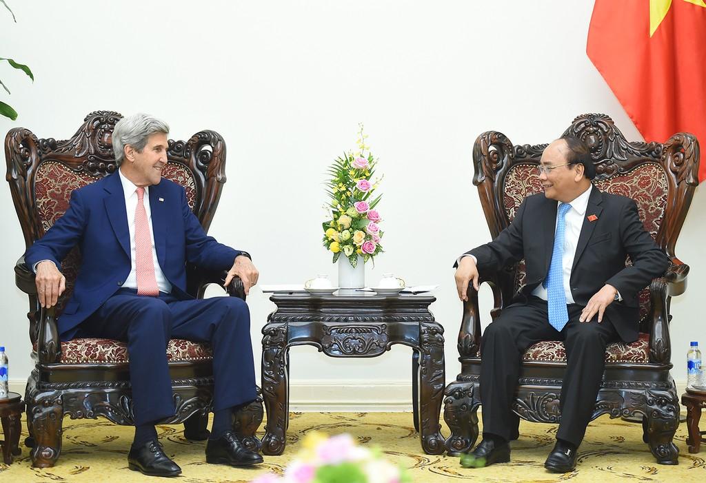 Thủ tướng Nguyễn Xuân Phúc tiếp cựu Ngoại trưởng Hoa Kỳ John Kerry, đang có chuyến thăm và làm việc tại Việt Nam. Ảnh: VGP