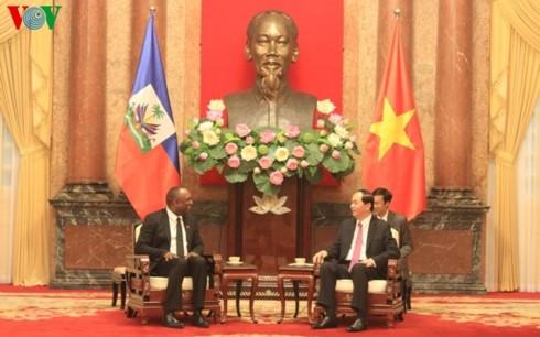 Chủ tịch nước Trần Đại Quang tiếp Chủ tịch Thượng viện Cộng hòa Haiti Youri Latortue đang ở thăm chính thức Việt Nam. Ảnh: VOV
