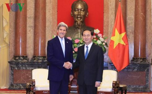 Chủ tịch nước Trần Đại Quang và cựu Ngoại trưởng Mỹ John Kerry. Ảnh: VOV