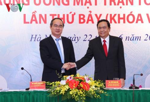Ông Nguyễn Thiện Nhân (trái) và tân Chủ tịch MTTQ Việt Nam Trần Thanh Mẫn.