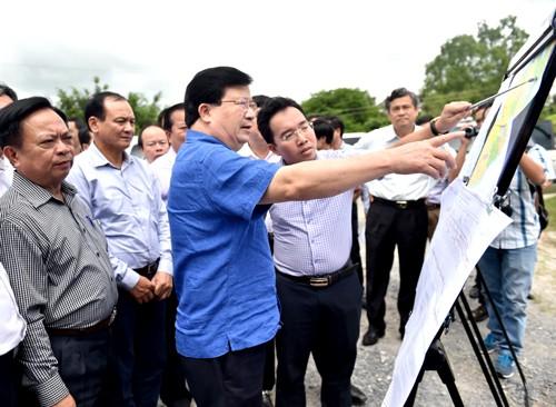 Phó Thủ tướng Trịnh Đình Dũng thị sát vị trí xây dựng cầu Đại Ngãi. Ảnh: VGP